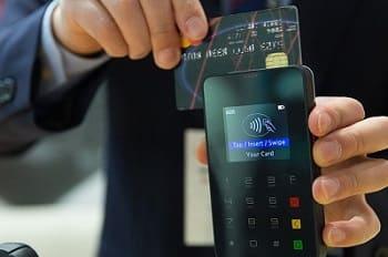 Эксперт заявил о рисках снятия денег с чужих карт